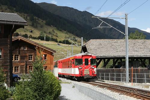 Zug der MGB in der Ortsdurchfahrt Reckingen