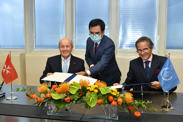 Photo:PA Signing Sovereign Order of Malta & IAEA (011110013) By IAEA Imagebank