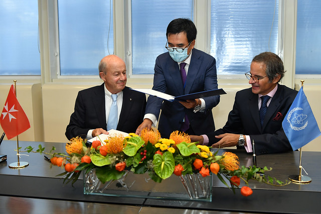 Photo:PA Signing Sovereign Order of Malta & IAEA (011110012) By IAEA Imagebank