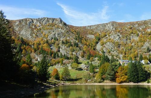 Cirque, Auberge et Lac du Forlet, en automne.