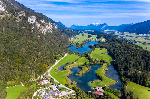 Die drei Badeseen Kramsachs in Tirol: Reintalersee, Buchsee, Krummsee. Drohnenaufnahme
