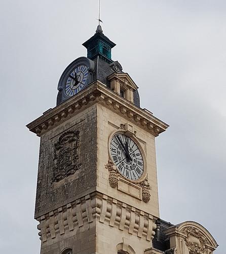 Bayonne, Pyrénées-Atlantiques: il est bientôt midi aux horloges  de la gare