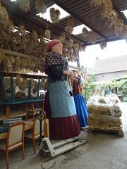Grin Batich, représente les anciens producteurs d'ail qui déambulaient dans la campagne, et Henriette, la bonch'teuse qui intervient dans le travail de l'ail, les géants de Arleux Nord Nord.-France