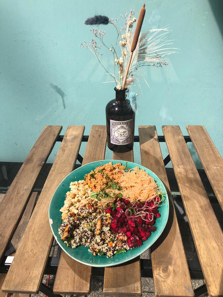 Vegetarisches Bowl aus Nudeln, Rote Beete, Blumenkohl, Couscous und Quinoa mit Süsskartoffeln