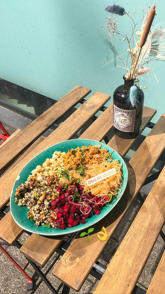 Veganes Bowl aus Quinoa, Couscous, Süsskartoffel, Blumenkohl und rote Beete