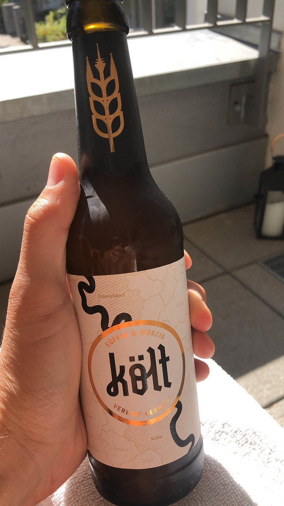 Eine Flasche von Költ Bier in der Hand: im Rheinland nach kölscher Art gebraut