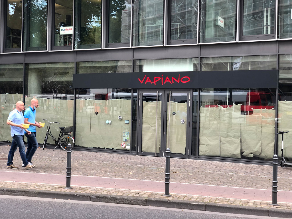 Vapiano in Cologne closed due to bankrupt: two men walk past a former restaurant of the chain
