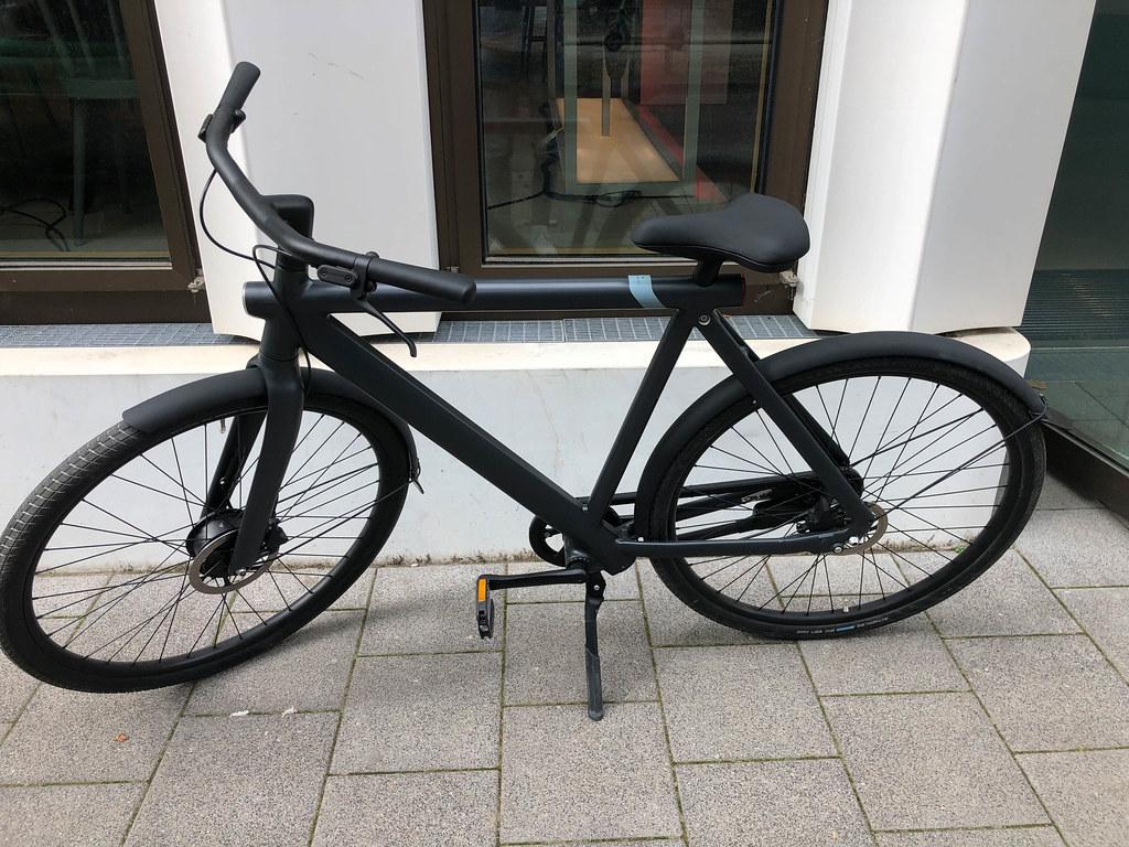 Ein schwarzes VanMoof S3 E-Bike mit schlichtem Design und moderner Technologie