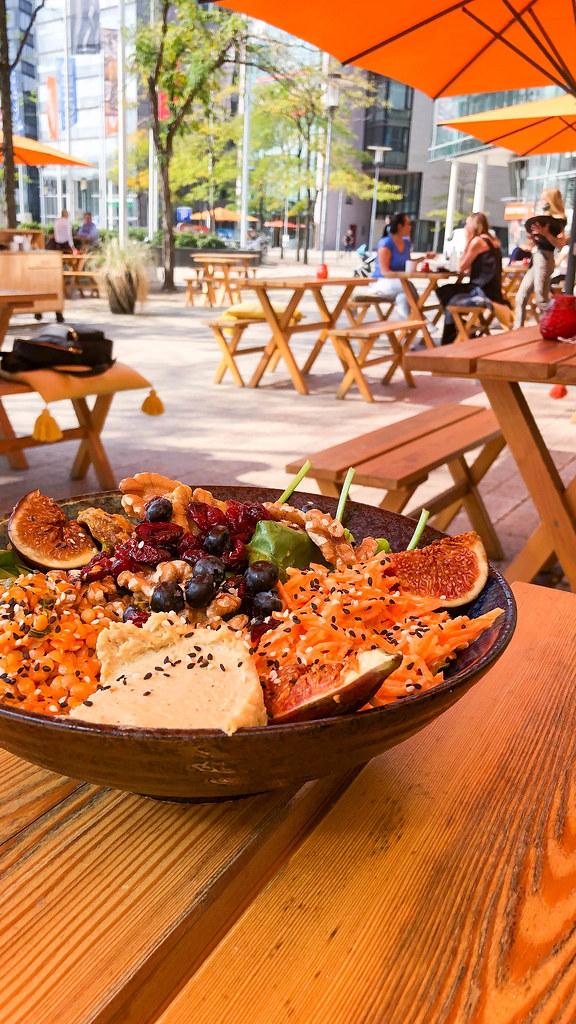 Fig Bowl bei Good Food in Köln: Feigen, Walnüsse, Preiselbeeren, Shiitake-Pilze, Linsen und Hummus
