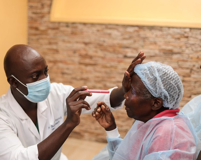 Photo:Light projection assessment before cataract surgery By IAPB/VISION 2020
