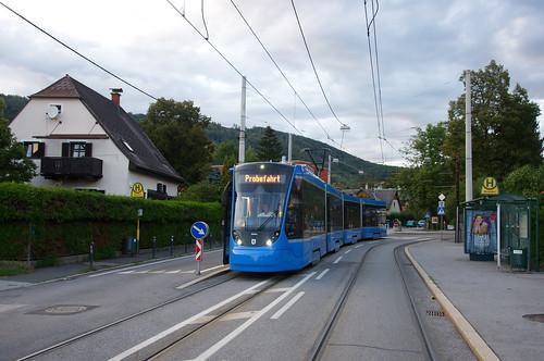 Unterwegs zur westlichen Endstation der Linie 7 zeigt sich der Avenio-Vierteiler an der ländlichen Haltestelle Baierdorf