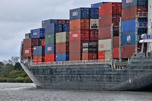 Bordwand des Containerfrachters