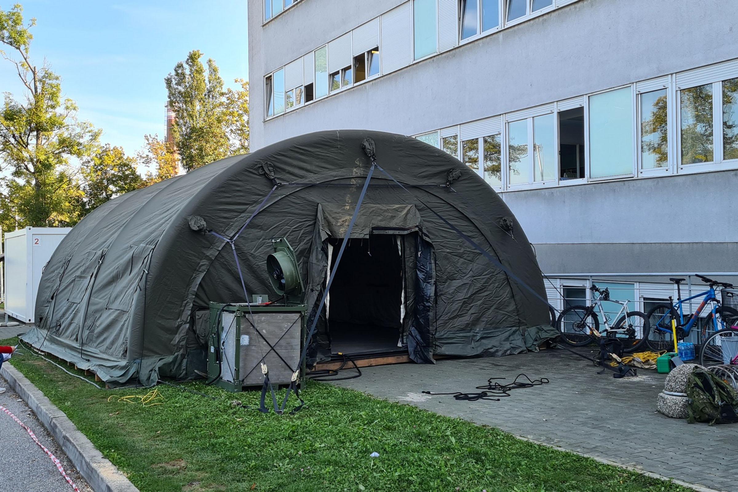 Hrvatska vojska postavlja šatore ispred KBC Zagreb