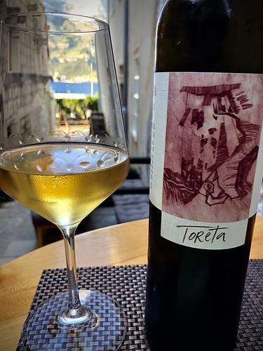 Vinarija Toreta: Dessert wine n.v. from Smokvica, Korčula island straw wine made mostly of Pošip plus Rukatac. Golden colour, nose of apricot. Palate: apricot, melon, yellow peach, a bit of almond. Good acidity, perfect balance, great length 93 pt