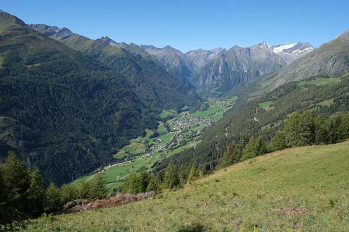 Blick von der Nilljochhütte Richtung Westen nach Prägraten und auf die Grossvenedigergruppe