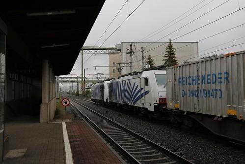 186442-0 LM & 186440-4 LM pass Kirchbichl in Tirol Bahnhof Austria 150519 (2)
