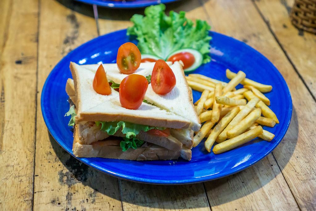 Gevierteltes Thunfisch Sandwich mit Pommes und Kirschtomaten Nahaufnahme