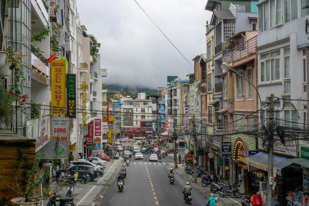 Stadtblick mit vielen Autos und Motorrollern aus einem Cafe in Dalat, Vietnam
