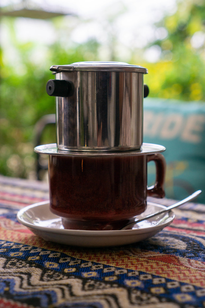 Vietnamesischer Kaffee mit Untertasse und Löffel Nahaufnahme
