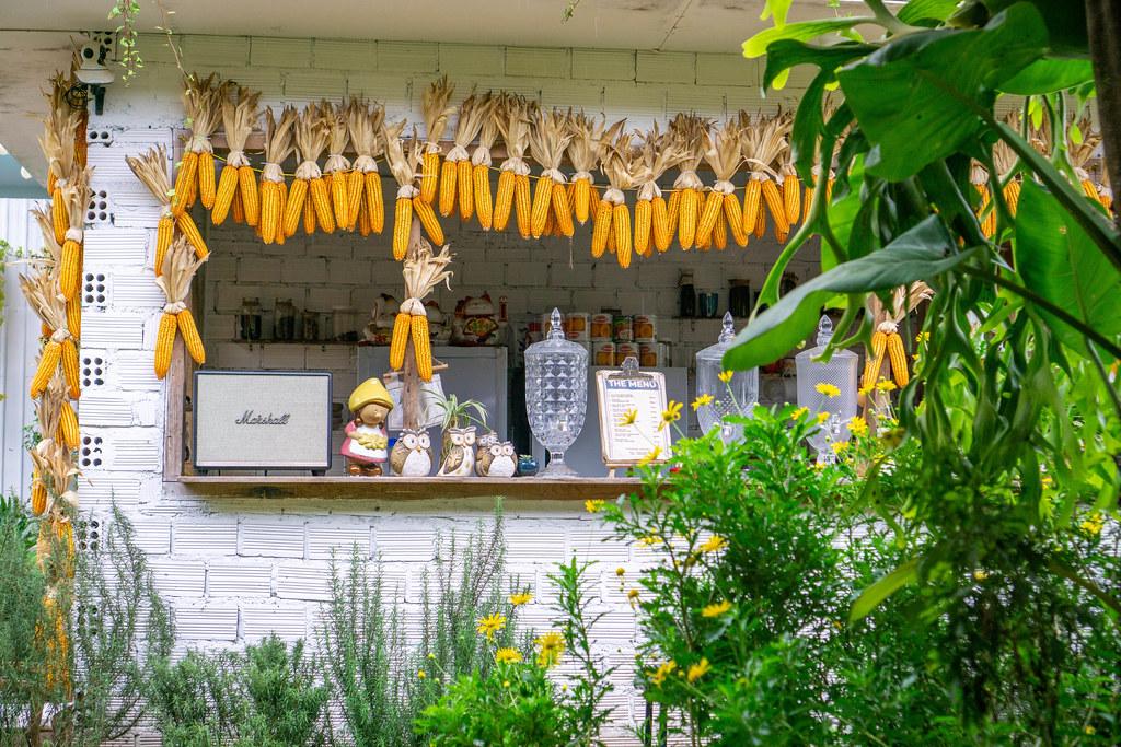 Cafe und Bar mit Maiskolben und anderen Dekorationen in Dalat, Vietnam