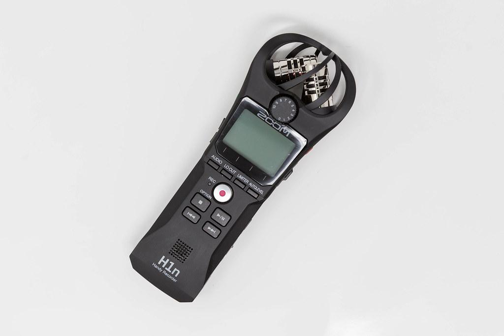 Zoom H1n: digitales Audio Aufnahmegerät, Mobil-Recorder für Creators vor weißem Hintergrund