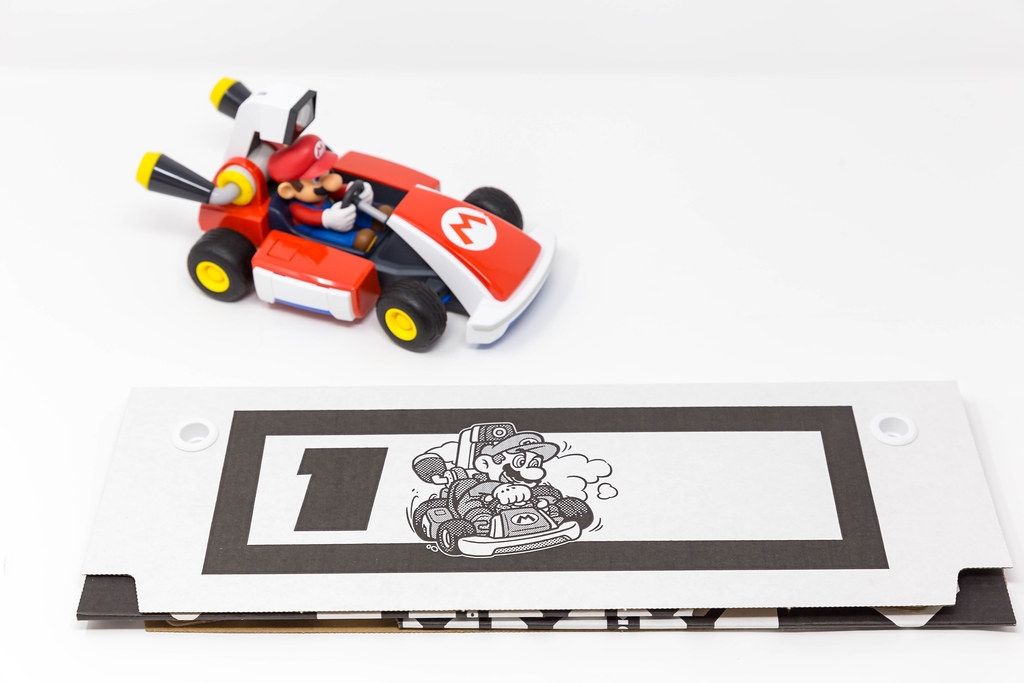 Mario Kart with the gates to build a course at home and start the race with Nintendo Switch