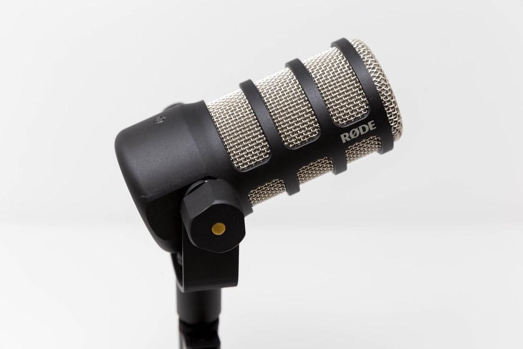 PodMic von RØDE vor weißem Hintergrund: Mikrofon in Broadcast-Qualität für Podcasting