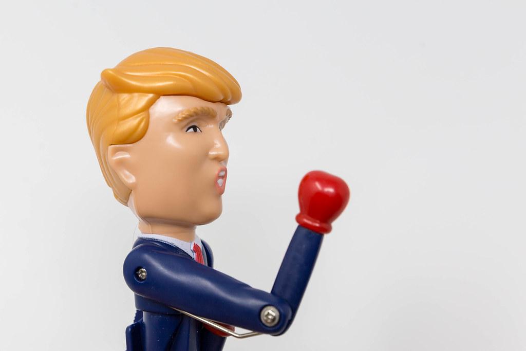 Donald Trump Kuli - Scherzartikel: US-Präsident schnellt der Arm nach vorne mit Boxhandschuh