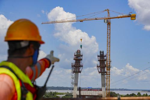 El presidente  Martín Vizcarra, junto al ministro  Carlos Estremadoyro, supervisan el avance de obras de la construcción del puente Nanay.