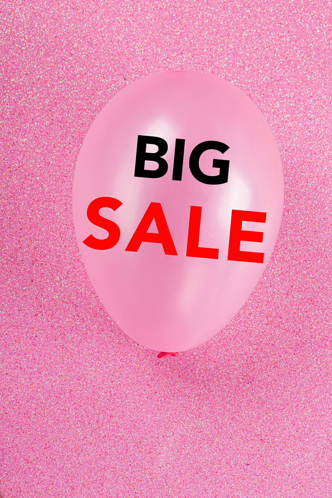 Pink background with balloon and inscription big sale