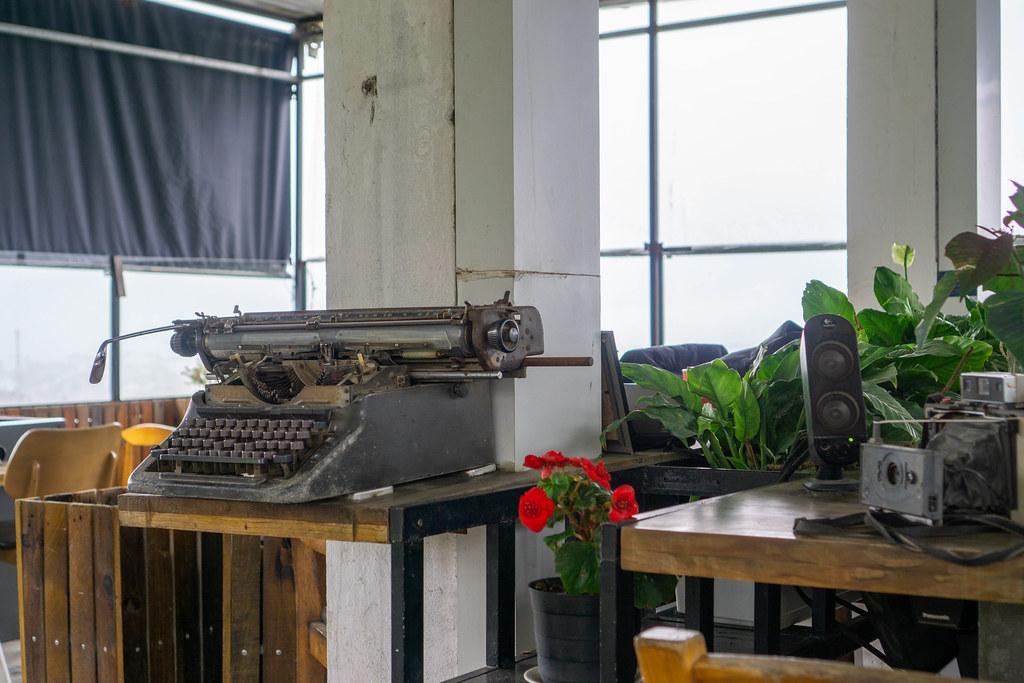 Alte Schreibmaschine, Kamera und Lautsprecher als Dekoration in einem Cafe
