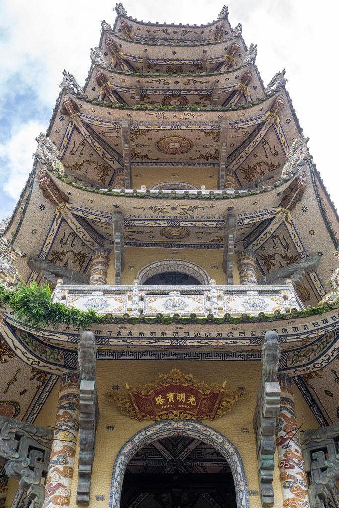 Glockenturm der Linh Phuoc Pagode mit Mosaik-Kunst in Da Lat, Vietnam