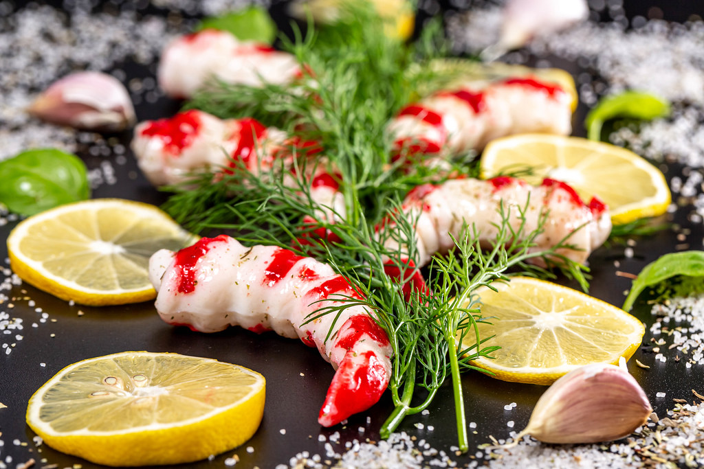 Prawns with fresh dill, lemon slices and sea salt