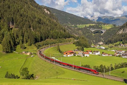 Railjetstam en ÖBB 1216 003. RJX184 van Bolzano naar Wien Hbf. St. Jodok am Brenner