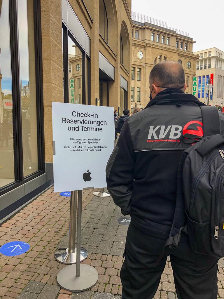 Check-In Warteschlange für Reservierungen und Termine im Applestore in Köln