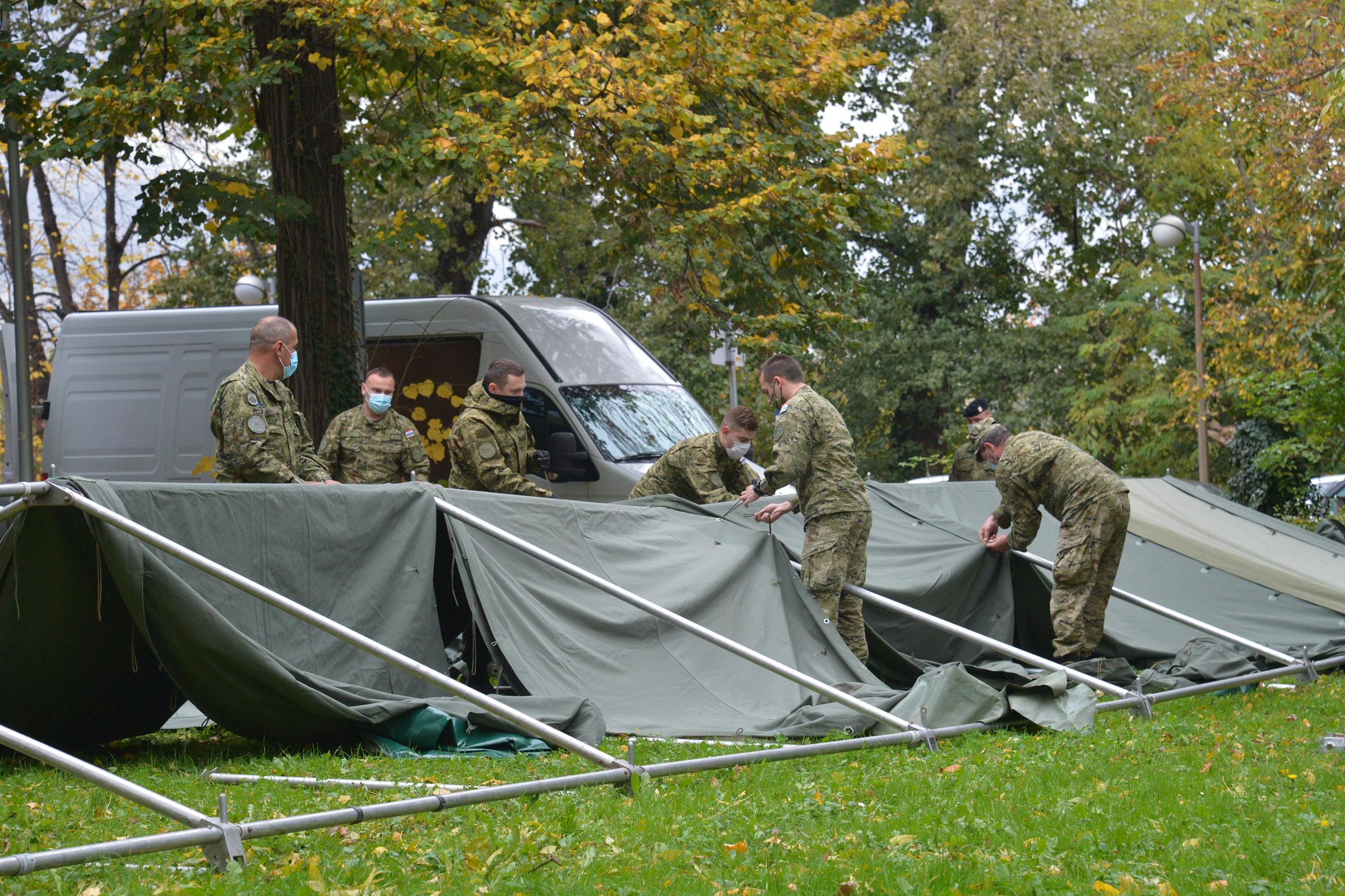 Hrvatska vojska postavlja šatore ispred Medicinskog fakulteta u Zagrebu