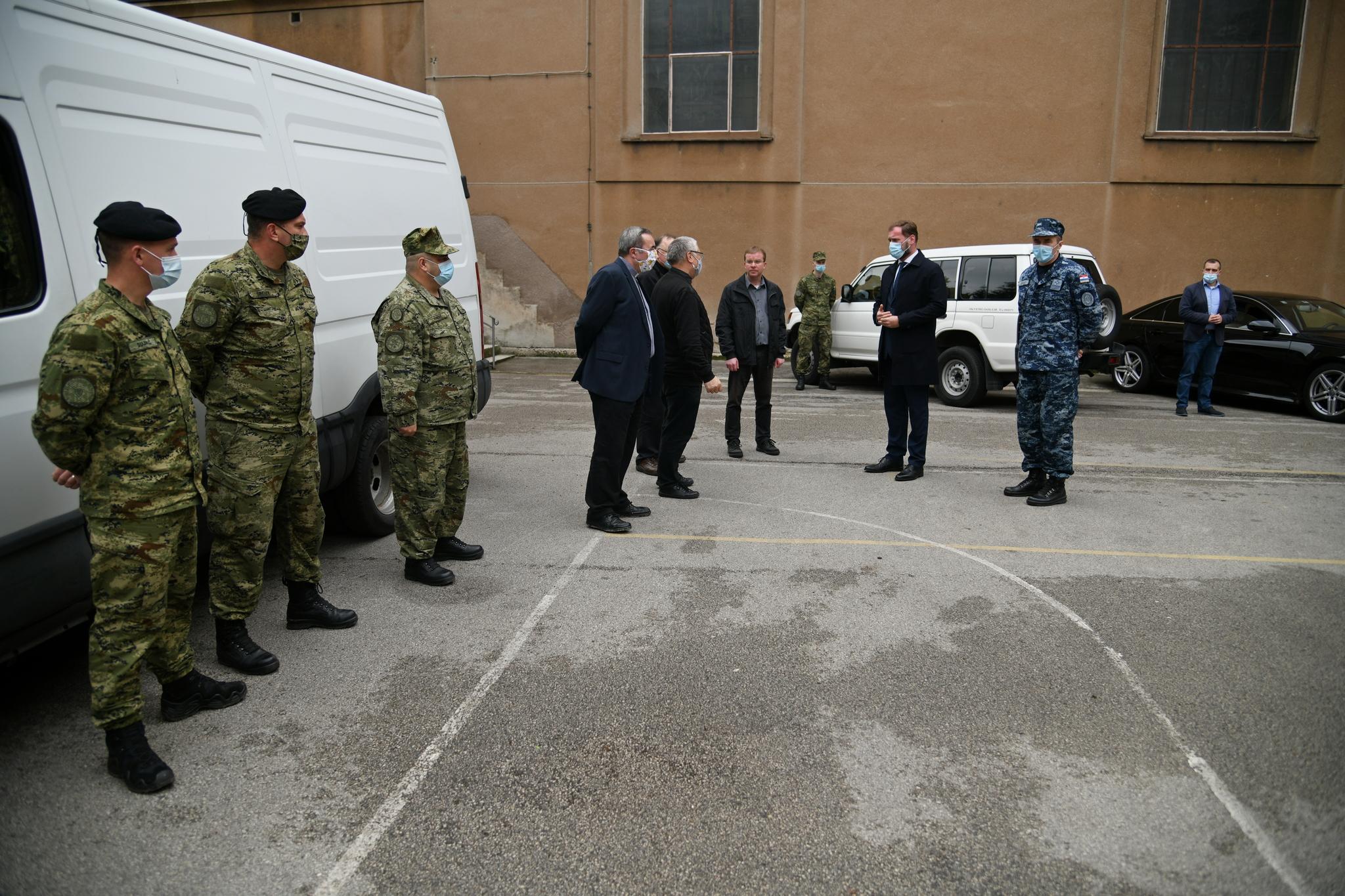 Ministar Banožić i admiral Hranj s pripadnicima HV-a ispred bazilike u Palmotićevoj