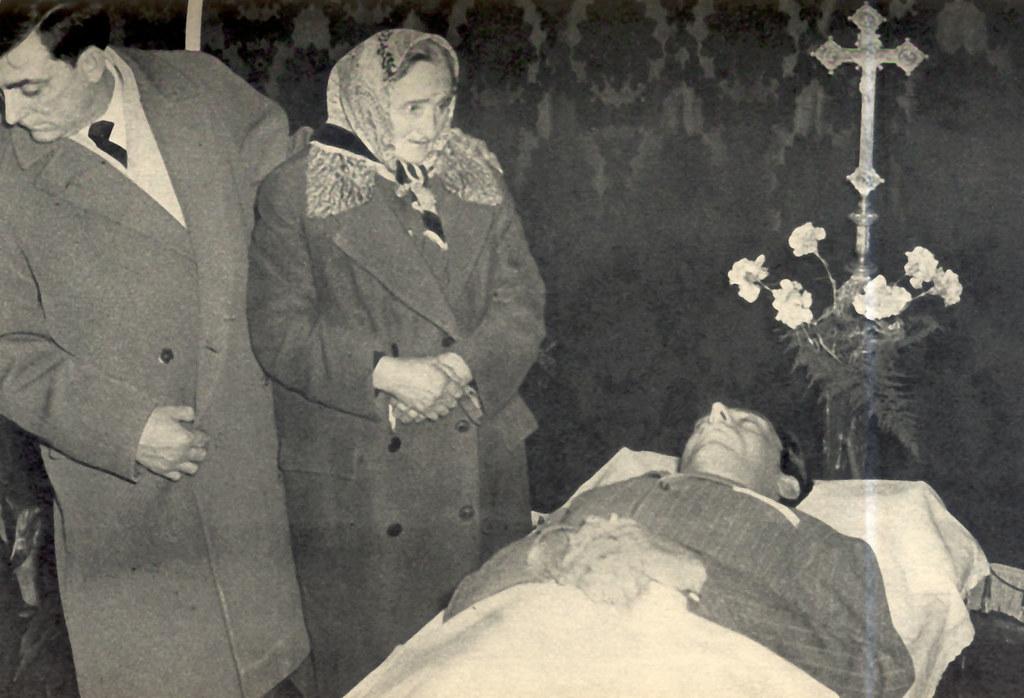 La madre e il fratello Livio piangono Fausto Coppi morto