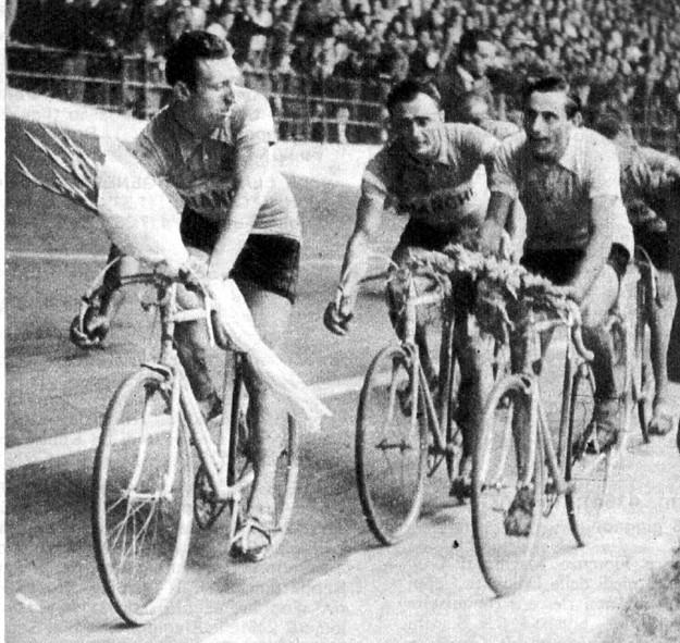 Giro d'onore per Coppi vincitore Giro d'Italia 1947