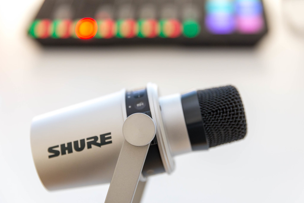 Home-Microphon with smart touch panel, volume monitoring and voice isolation: Shure MV 7 streaming mic