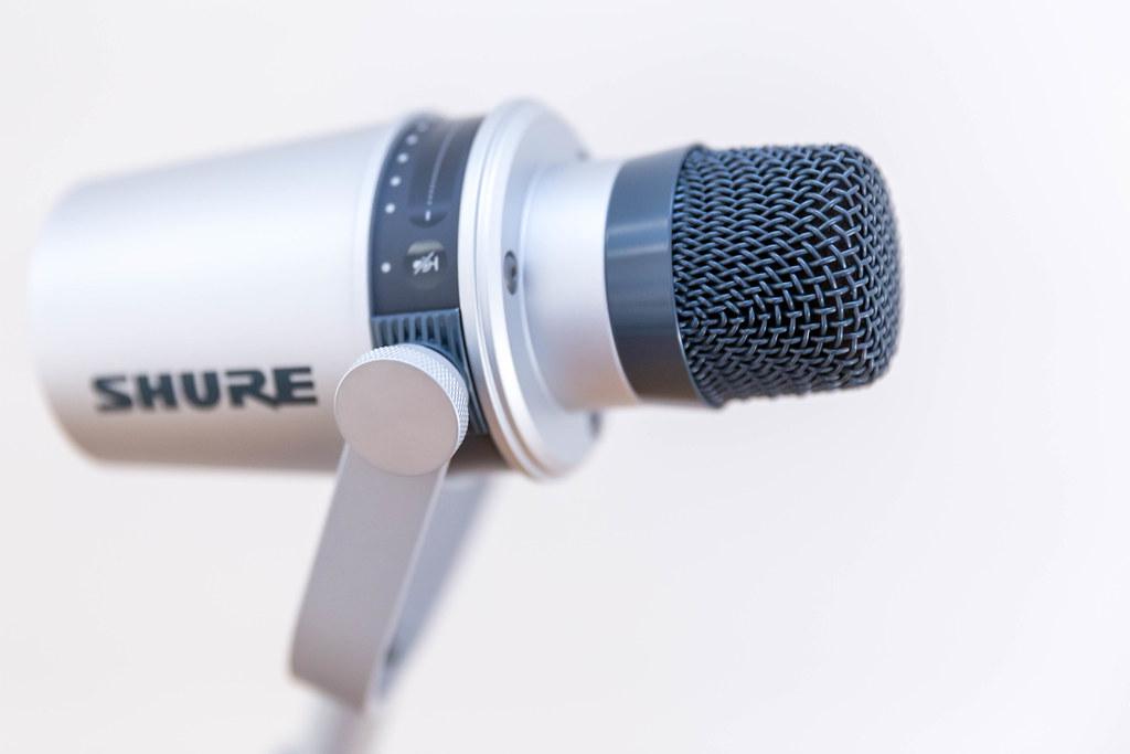 Shure MV 7 Silver Mikrofon mit Touch-Panel, ohne Poppschutz in der Seitenansicht