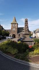Monument aux morts et Eglise d'Apchon. Cantal.