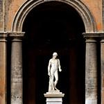 Palazzo Chigi Odescalchi: Statua romana di atleta - https://www.flickr.com/people/82911286@N03/