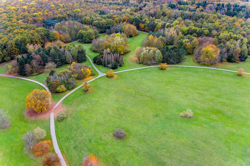 Herbstliche große Grünfläche für Outdooraktivitäten im Forstbotanischen Garten Köln aus der Luftansicht