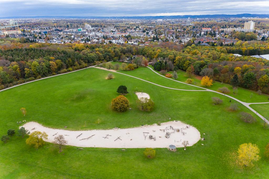 Forstbotanischer Garten im Herbst: Luftbild zeigt die große Grünanlage am Kölner Stadtrand