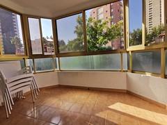 Fabulosa terraza muy soleada, con vistas a la urbanización. Solicite más información a su inmobiliaria de confianza en Benidorm  www.inmobiliariabenidorm.com  Consulte precio a su inmobiliaria en Benidorm, Asegil www.inmobiliariabenidorm.com