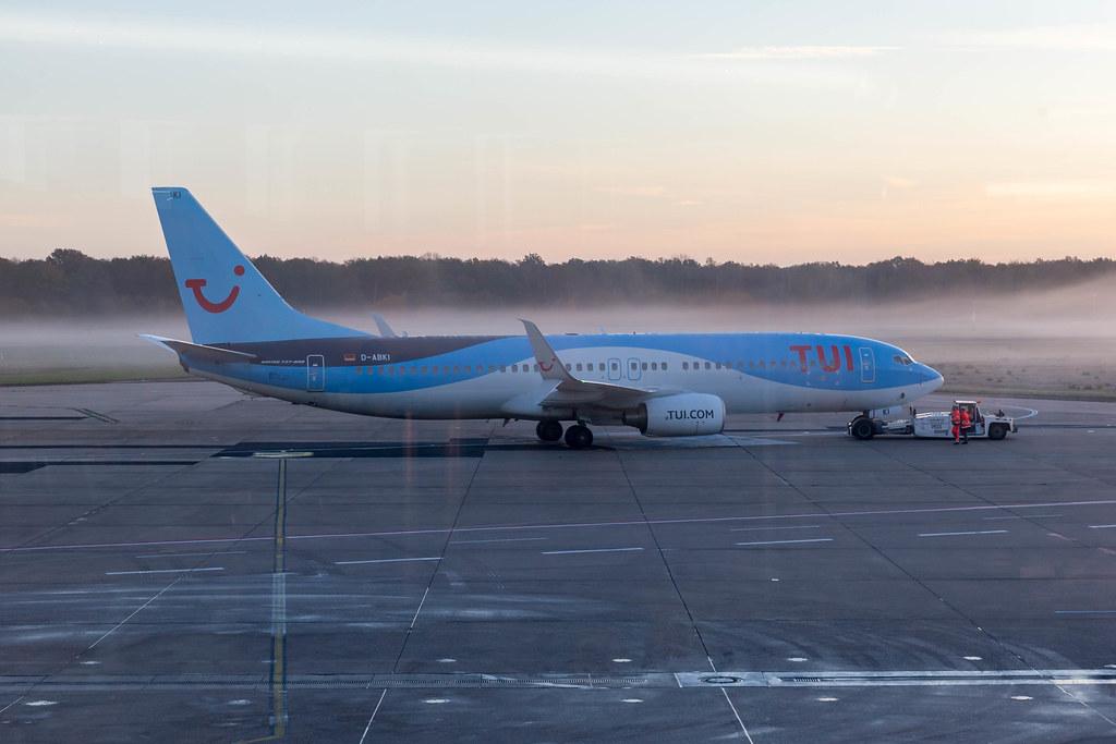 Boeing 737-800 Flugzeug von TUI am neu eröffneten Flughafen BER in Berlin, Herbst 2020