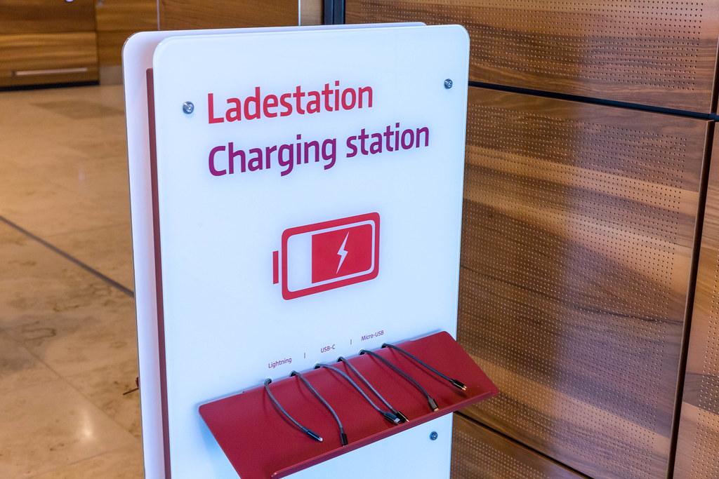 Ladestation für Handys und andere mobile Geräte mit verschiedenen Ladekabeln am Flughafen BER