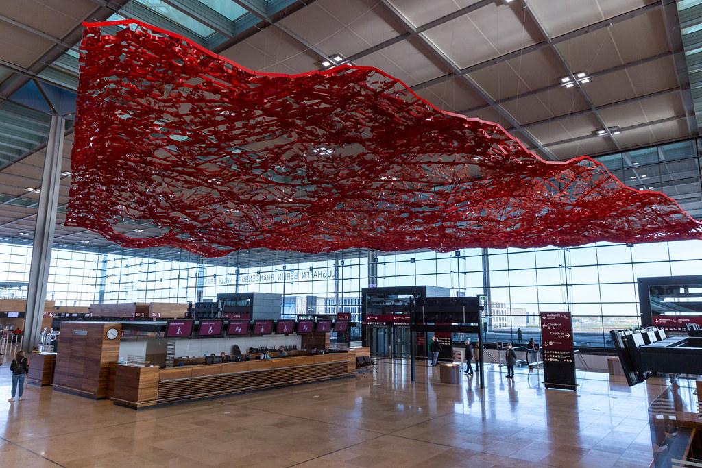 Der aus Metallgewebe gewobene fliegende Teppich in der Check-In Halle des BER Flughafens