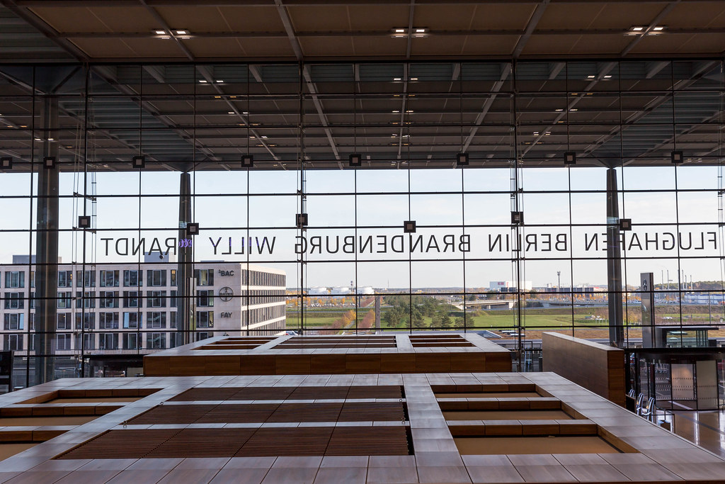 Die Check-In Halle aus Holz und Glas: Terminal 1 vom Flughafen Berlin Brandenburg Willy Brandt